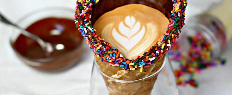 Szemet gyönyörködtető nyári frissítő: kávé tölcsérben